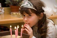 Anniversaire - fille avec des lumières de bougie Photo libre de droits