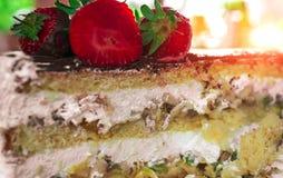 Anniversaire Gâteau avec du chocolat et la fraise Images libres de droits