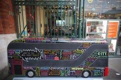 Anno della statua del bus a Londra Fotografia Stock