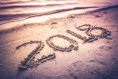 Anno 2018 scritto a mano sulla sabbia della spiaggia Tono d'annata Fotografia Stock Libera da Diritti