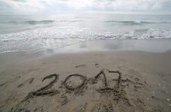 Anno 2017 scritto sulla sabbia del mare che aspetta per essere b eliminata Fotografie Stock
