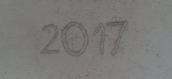 Anno 2017 scritto sulla sabbia della spiaggia tropicale Fotografia Stock