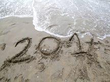 Anno 2017 sulla sabbia del mare che aspetta per essere annullato da w Fotografia Stock