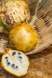 Annona φολιδωτό, φρούτα μήλων ζάχαρης Διαιρεμένα μισά φρούτα cherimola annona Στοκ εικόνα με δικαίωμα ελεύθερης χρήσης