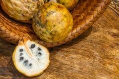 Annona schuppig, Cherimoyafrucht Geteilte halbe Annona- Cherimolafrucht Lizenzfreies Stockfoto
