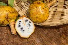 Annona schuppig, Cherimoyafrucht Geteilte halbe Annona- Cherimolafrucht Lizenzfreies Stockbild
