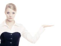 Annonce Femme d'affaires montrant l'espace vide de copie Photographie stock libre de droits