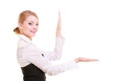 Annonce Femme d'affaires montrant l'espace vide de copie Photos stock