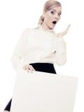 Annonce Femme d'affaires tenant la bannière vide de l'espace de copie Photographie stock libre de droits