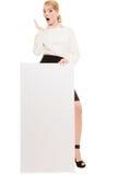 Annonce Femme d'affaires tenant la bannière vide de l'espace de copie image libre de droits