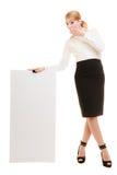 Annonce Femme d'affaires tenant la bannière vide de l'espace de copie photos libres de droits