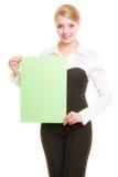 Annonce Femme d'affaires tenant la bannière vide de l'espace de copie Photo libre de droits
