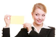 Annonce Femme d'affaires tenant la carte vierge de l'espace de copie Image libre de droits