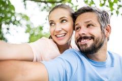 Annonce heureuse de couples du ` s de service de rencontres Photos libres de droits