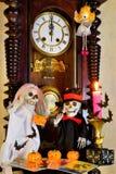 On annonce le début de Halloween par un symbole d'horloge de cru de temps, réminiscent du passé et de l'avenir Halloween est image stock