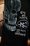 Annoncement de la venta de Halloween con el cráneo imagenes de archivo