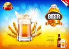 Annonces de bière La tasse et les blés écumeux sur le bokeh de champ dirigent le fond illustration stock