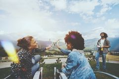 Annoncez le serrage de deux filles du quadcopter de vol photos stock