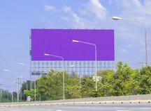 Annoncieren Sie Anschlagtafeln neben Straße lizenzfreie stockbilder