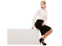 Annons Affärskvinnasammanträde på tomt kopieringsutrymmebaner royaltyfri fotografi