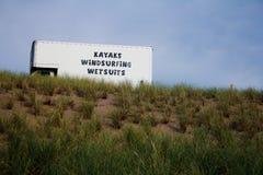 annonsera kajaker truck att vindsurfa för wetsuits Arkivfoto