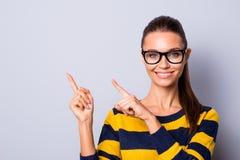 Annonserar den millennial tillfredsställda damen för ståenden det positiva gladlynta innehållet högskolan, högstadium sompersonen arkivbilder