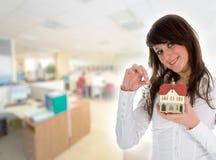 annonserar den verkliga kvinnan för affärsgodset royaltyfria bilder