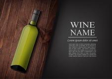 annonsering av banret En realistisk flaska av vitt vin med den svarta etiketten i photorealistic stil på det trämörka brädet, sva Arkivfoto