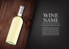 annonsering av banret En realistisk flaska av vitt vin med den svarta etiketten i photorealistic stil på det trämörka brädet, sva arkivbilder