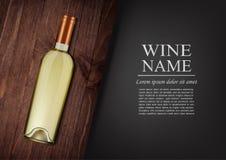 annonsering av banret En realistisk flaska av vitt vin med den svarta etiketten i photorealistic stil på det trämörka brädet, sva Royaltyfria Bilder