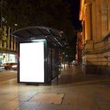 Annonsering av ljusa askar i staden Royaltyfria Bilder
