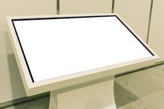 Annonsering av ställningen med LCD-TV Att att visa information som annonserar projekt Putoy vit bildskärm med kopieringsutrymme arkivbild
