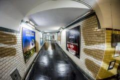 Annonsering på väggen av en gammal tunnelbanastation i Paris Royaltyfri Fotografi