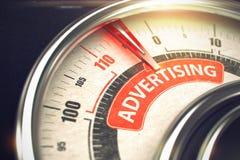 Annonsering - text på den begreppsmässiga visartavlan med den röda visaren 3d Arkivfoto