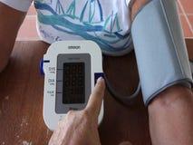 Annotare un valore di pressione sanguigna stock footage