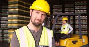 Annotazione di mantenimento del supervisore maschio sulla lavagna per appunti in magazzino stock footage