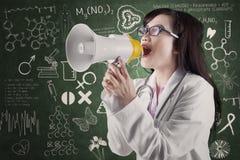 Annoucing nyheterna för kvinnlig läkare Arkivbild