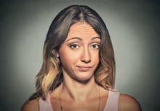 Annoyed descontentó a la mujer escéptica que le miraba fotografía de archivo