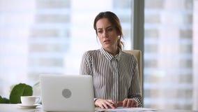 Annoyed forçou a mulher de negócios louca sobre o problema do computador que sae do local de trabalho do escritório vídeos de arquivo