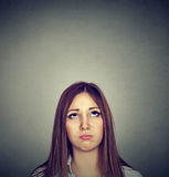 Annoyed furou a jovem mulher que olha acima imagem de stock royalty free