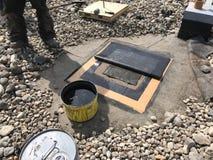 Annulation d'un conduit ; Réparations de toit sur le toit commercial du noir EPDM ; Toit plat photos libres de droits