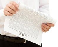 Annunci della lettura dell'uomo dal documento Immagini Stock
