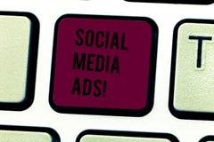 Annunci sociali di media del testo di scrittura di parola Concetto di affari per la pubblicità on line che fuoco sui servizi dell fotografia stock