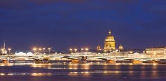 Annunciation γέφυρα, καθεδρικός ναός του ST Isaac, νύχτα Άγιος Πετρούπολη, Ρωσία Στοκ φωτογραφία με δικαίωμα ελεύθερης χρήσης
