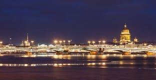 Annunciation γέφυρα, καθεδρικός ναός του ST Isaac, νύχτα Άγιος Πετρούπολη, Ρωσία Στοκ Φωτογραφία