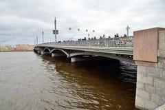 Annunciation γέφυρα με τους θεατές στον ποταμό Neva κατά τη διάρκεια Στοκ εικόνα με δικαίωμα ελεύθερης χρήσης