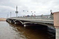 Annunciation γέφυρα με τους θεατές στον ποταμό Neva σε νεφελώδη Στοκ Εικόνα