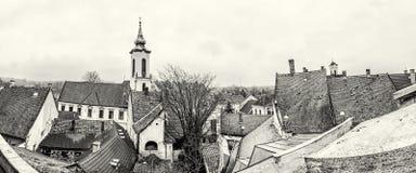 Annunciation εκκλησία και κόκκινες στέγες των σπιτιών, Szentendre, colorle Στοκ Εικόνα