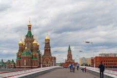 Annunciation καθεδρικός ναός και γέφυρα θεάτρων Η Δημοκρατία των Μάρι EL, Yoshkar-Ola, Ρωσία 05/21/2016 Στοκ φωτογραφίες με δικαίωμα ελεύθερης χρήσης