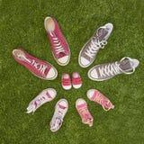 Annuncio di gravidanza con le scarpe da tennis immagine stock libera da diritti